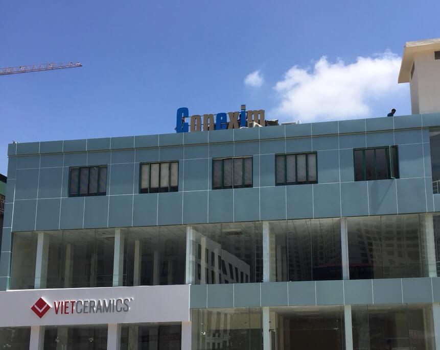 chữ nổi mica trên nóc tòa nhà conexim
