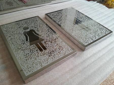 Biển WC bằng inox khắc sần